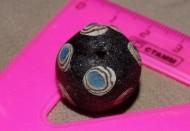 Большая чёрная бусина из стеклопасты с голубыми глазками