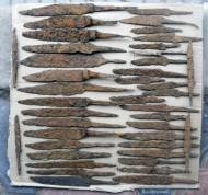 Кресало-79шт, Копья-24шт, Ножи-40шт, подковы, наконечники стрел, ножницы, пинцет