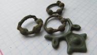 Бронзовые трехбусинные височные кольца и обломок колта