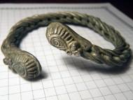 Древнерусский витой серебряный браслет с сюжетными окончаниями.