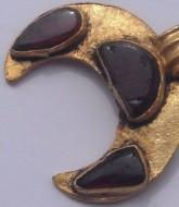 Золотая лунница, украшенная красными камнями, 5 век н. э.