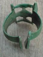 Браслет ажурный, манжетовидный. Киевская культура, III-IV вв. В центре шины: бантовидный эмалевый медальон