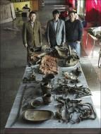 Cпециалисты музея аймака Ховд  и ряд артефактов из захоронения в монгольском Алтае: седло, узду, глиняную вазу, деревенную чашу, корыто, железный котел или казан, целые останки лошади, четыре разные дээли (монгольская национальная одежда), а также мумифицированное человеческое тело, которое было завернуто в войлок. Там же присутствовали подушки, баранья голова и войлочная дорожная сумка, в которой были целая спина овцы, кости козы и маленькая кожаная сумка для чашки