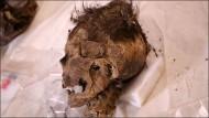 похороненная в «кроссовках» женщина, скорее всего, жила не в шестом, как предполагалось ранее, а в десятом веке нашей эры, 1100 лет назад. Скончалась она в возрасте 30-40 лет; при жизни женщина получила серьёзную черепно-мозговую травму, которая могла послужить причиной смерти