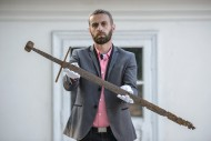 Бартоломей Бартеки, директор Музея в Хрубешуве, представляет меч, найденный в Коммуне Миртзе