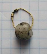 Золотое височное кольцо со шлифованой каменной бусиной
