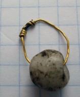 Золотое височное кольцо с каменной бусиной