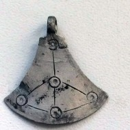 Серебряный амулет-топор с циркульным орнаментом
