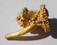 Золотая хазарская сережка с бусинами