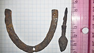 Средневековый наконечник стрелы и обувная подкова