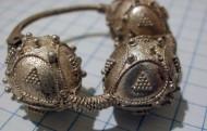 Древнерусский трёхбусенный серебряный колт, украшенный сканью. Первая половина 13 века