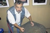 Послание. Анатолий Усачук с коллегами попытается расшифровать надписи на погребальном камне. Фото Е. Руденко