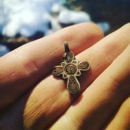 Серебряный крестик с перегородчатыми эмалями «Крин в средокрестиии»