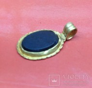 Золотой кулон с изображением Табити (Весты) змееного божества на камне