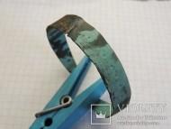 Браслет из тонкой бронзовой пластины, на концах закрученной в наружу