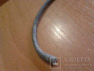 Славянский браслет из плавно расширяющегося к концам стержня с простеньким орнаментом на конце