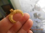 Золотая лунница с орнаментом в виде цифры 6