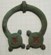 Фибула-сюльгама Киевской культуры, украшенная красной эмалью