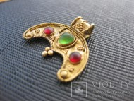 Золотая лунница, украшенная цветным стеклом