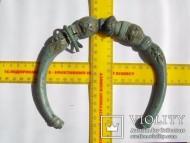 Кельтская шейная гривна, украшеная стеклянными вставками
