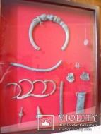 Коллекция украшений кельтов: Шейная гривна, украшенная стеклянными вставками; платежные браслеты, топор-кольт, литейные формы, привеска