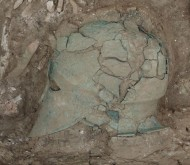 Фото шлема, найденного при раскопках некрополя «Волна-I»