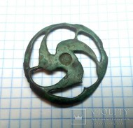 Круглая ажурная фибула-брошь с солярной символикой (трискель). III-IV вв.