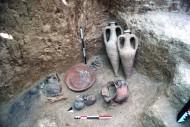 Сосуды возле головы в одном из погребений некрополя Фронтовое 3