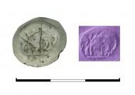 стеклянная вставка в перстень с печаткой. Сверху справа: оттиск печатки. Некрополь Фронтовое 3