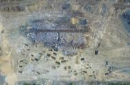 Рис. 8. Александровские скалы 1. Вид сверху на курган 2 и могильник римского времени.
