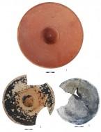 Находки из поселения Манитра: рыбное блюдо красноглиняное, рыбное блюдо чернолаковое, сковорода лепная