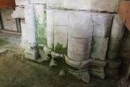 Раскоп вдоль западного фасада собора XII века, расположенный внутри западного притвора XIX века. Боголюбово.