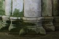 База с «когтями» (или «листьями») западного фасада церкви Рождества Богородицы (Боголюбово)