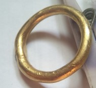 Древнее толстое золотое кольцо с красным камешком