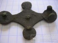 Крестообразная накладка с красной эмалью. Киевская археологическая культура