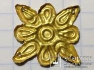 Золотая бляшка с изображением солнца