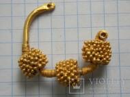 Золотой трехбусинный колт, украшенный зернью