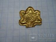 Золотая пластинка-накладка в форме цветочка или солнца