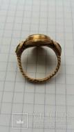 Античный золотой перстень украшенный тремя красными камнями