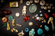 Некоторые из амулетов и драгоценных камней, найденных в сундуке