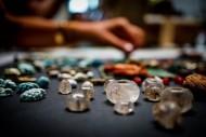 Талисманы, стеклянные бусы, кристаллы, аметисты и прочие артефакты обнаружены в деревянном сундуке, расположенном в руинах помещения, заполненного человеческими останками