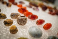 Каменные и янтарные бусы
