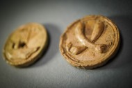Закрытый кулак костяной амулет (справа)