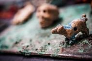 Раскрашенная керамическая фигурка животного