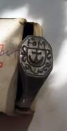 Кольцо серебряное с гербом и с узорами по краям щитка