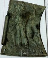 Бронзовая пластина с изображением мужчины и коня