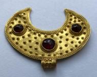 Золотая лунница с красными камнями конца Черняховской культуры