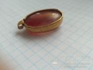 Золотая подвеска со вставкой красного камня