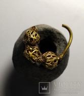 Золотой колт с ажурно сплетенными бусинками