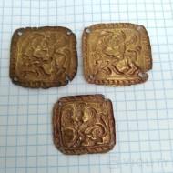 Золотые пришивные бляшки с изображением скифа и фантастического зверя